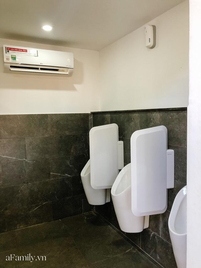 Mục sở thị nhà vệ sinh 5 sao đang hot nhất Hội An: Ra vô bằng cửa tự động cảm biến, điều hòa mát lạnh và hàng ghế chờ như công viên liệu có đáng giá 10k/lượt? - Ảnh 6.