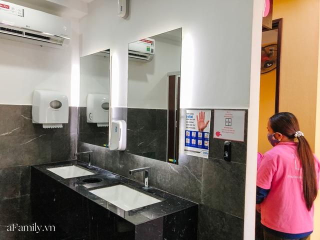 Mục sở thị nhà vệ sinh 5 sao đang hot nhất Hội An: Ra vô bằng cửa tự động cảm biến, điều hòa mát lạnh và hàng ghế chờ như công viên liệu có đáng giá 10k/lượt? - Ảnh 8.