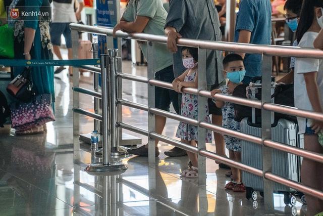 Chùm ảnh: Biển người xếp hàng, chờ làm thủ tục tại sân bay Nội Bài - Ảnh 12.