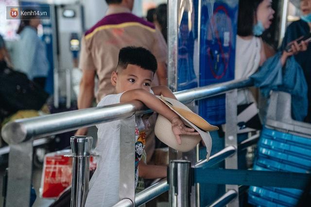 Chùm ảnh: Biển người xếp hàng, chờ làm thủ tục tại sân bay Nội Bài - Ảnh 13.