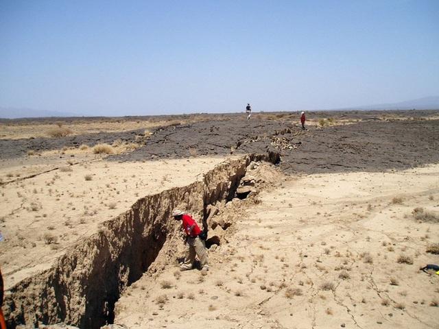 Các nhà khoa học phát hiện Châu Phi đang tách ra làm đôi, sắp sửa hình thành một đại dương mới? - Ảnh 1.