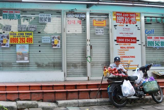 Phố Hàn Quốc ở Sài Gòn cửa đóng then cài, đìu hiu, xơ xác đến khó tin - Ảnh 12.