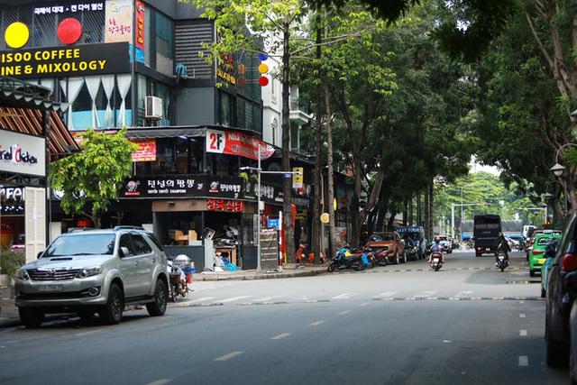 Phố Hàn Quốc ở Sài Gòn cửa đóng then cài, đìu hiu, xơ xác đến khó tin - Ảnh 14.