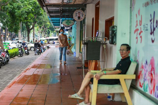 Phố Hàn Quốc ở Sài Gòn cửa đóng then cài, đìu hiu, xơ xác đến khó tin - Ảnh 7.