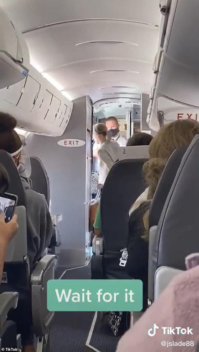Cứng đầu không chịu đeo khẩu trang trên máy bay, người phụ nữ bị đuổi xuống trong tiếng hò reo của các hành khách khác - Ảnh 2.