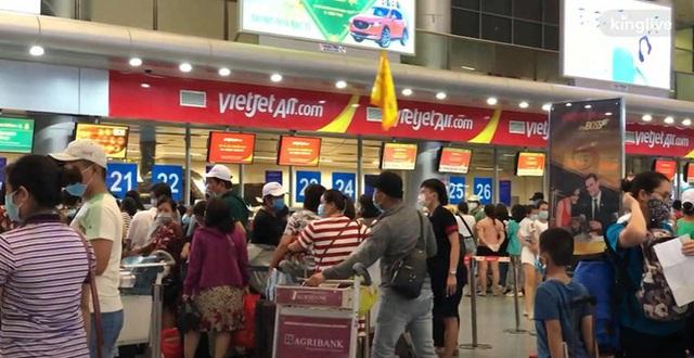 Ảnh, clip: Sân bay Đà Nẵng tấp nập người làm thủ tục, nhiều khách mua vé giờ chót - Ảnh 2.