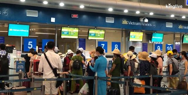 Ảnh, clip: Sân bay Đà Nẵng tấp nập người làm thủ tục, nhiều khách mua vé giờ chót - Ảnh 3.