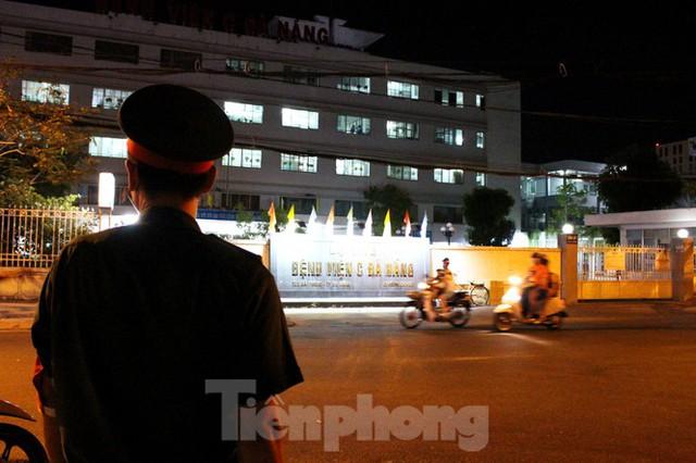 Quân đội phun khử trùng 2 bệnh viện bị phong tỏa ở Đà Nẵng - Ảnh 1.