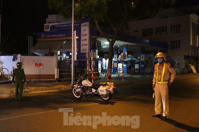 Quân đội phun khử trùng 2 bệnh viện bị phong tỏa ở Đà Nẵng - Ảnh 2.