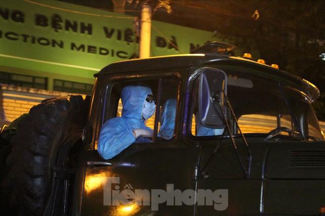 Quân đội phun khử trùng 2 bệnh viện bị phong tỏa ở Đà Nẵng - Ảnh 11.