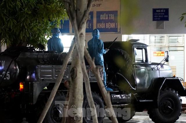 Quân đội phun khử trùng 2 bệnh viện bị phong tỏa ở Đà Nẵng - Ảnh 12.