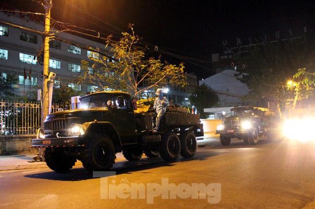 Quân đội phun khử trùng 2 bệnh viện bị phong tỏa ở Đà Nẵng - Ảnh 3.