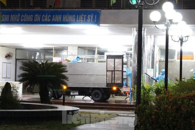 Quân đội phun khử trùng 2 bệnh viện bị phong tỏa ở Đà Nẵng - Ảnh 4.