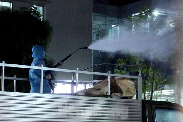 Quân đội phun khử trùng 2 bệnh viện bị phong tỏa ở Đà Nẵng - Ảnh 5.