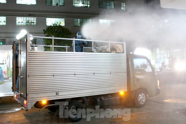 Quân đội phun khử trùng 2 bệnh viện bị phong tỏa ở Đà Nẵng - Ảnh 6.