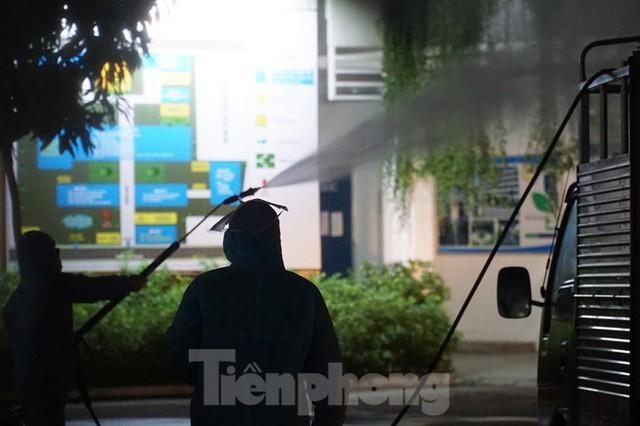 Quân đội phun khử trùng 2 bệnh viện bị phong tỏa ở Đà Nẵng - Ảnh 7.