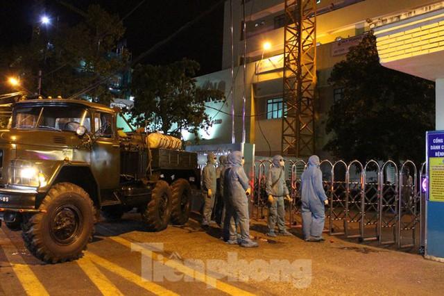 Quân đội phun khử trùng 2 bệnh viện bị phong tỏa ở Đà Nẵng - Ảnh 9.