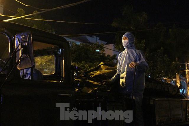 Quân đội phun khử trùng 2 bệnh viện bị phong tỏa ở Đà Nẵng - Ảnh 10.