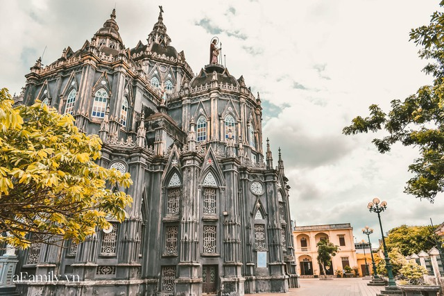 Cận cảnh nhà thờ đang hot nhất ở Nam Định được ví y như trên phim Harry Potter và tới khi đến xem trực tiếp thì nó đẹp thật trời ạ! - Ảnh 1.