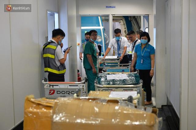 Ảnh: Bên trong chuyến bay đặc biệt đón 120 công dân nhiễm Covid-19 tại Guinea Xích đạo về nước - Ảnh 11.