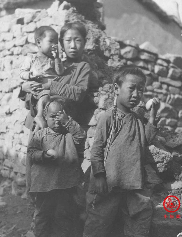 Loạt ảnh cũ của những đứa trẻ cuối thời nhà Thanh: Người sống trong nhung lụa từ bé, kẻ áo rách đói ăn khát uống quanh năm - Ảnh 11.