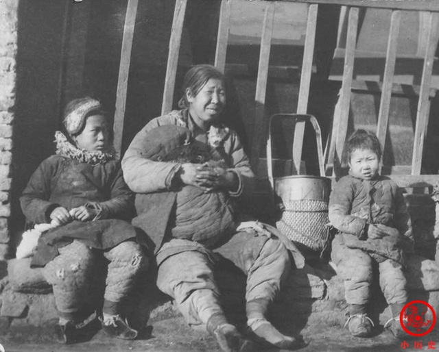 Loạt ảnh cũ của những đứa trẻ cuối thời nhà Thanh: Người sống trong nhung lụa từ bé, kẻ áo rách đói ăn khát uống quanh năm - Ảnh 12.