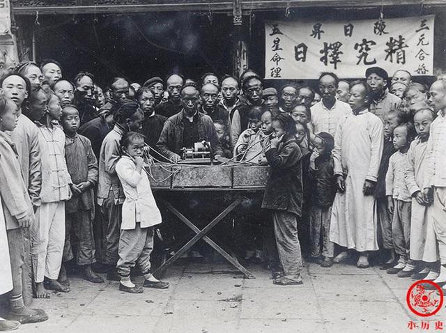Loạt ảnh cũ của những đứa trẻ cuối thời nhà Thanh: Người sống trong nhung lụa từ bé, kẻ áo rách đói ăn khát uống quanh năm - Ảnh 3.