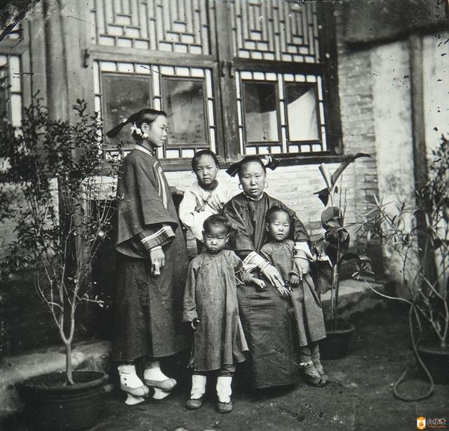 Loạt ảnh cũ của những đứa trẻ cuối thời nhà Thanh: Người sống trong nhung lụa từ bé, kẻ áo rách đói ăn khát uống quanh năm - Ảnh 4.