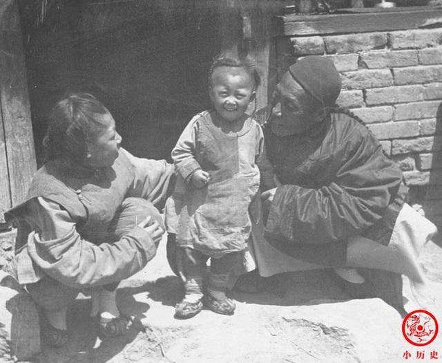 Loạt ảnh cũ của những đứa trẻ cuối thời nhà Thanh: Người sống trong nhung lụa từ bé, kẻ áo rách đói ăn khát uống quanh năm - Ảnh 5.