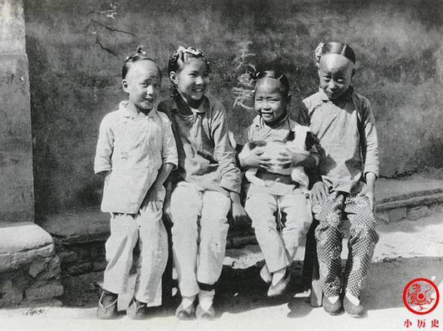 Loạt ảnh cũ của những đứa trẻ cuối thời nhà Thanh: Người sống trong nhung lụa từ bé, kẻ áo rách đói ăn khát uống quanh năm - Ảnh 6.