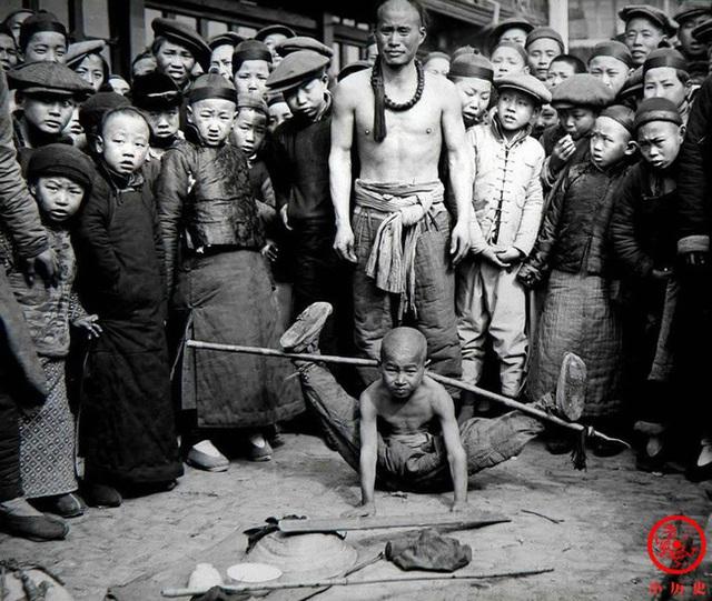 Loạt ảnh cũ của những đứa trẻ cuối thời nhà Thanh: Người sống trong nhung lụa từ bé, kẻ áo rách đói ăn khát uống quanh năm - Ảnh 7.
