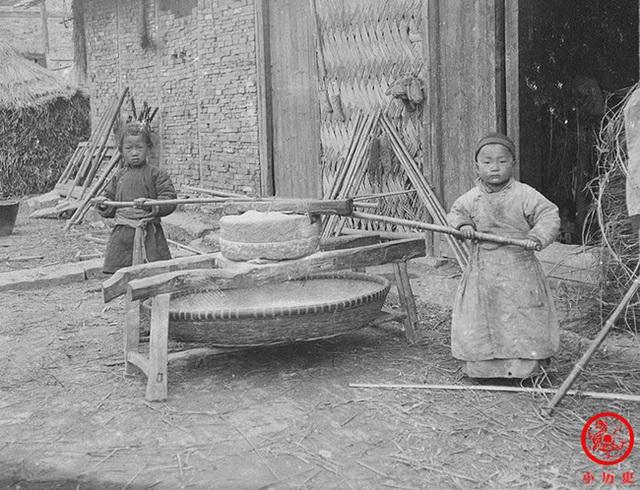 Loạt ảnh cũ của những đứa trẻ cuối thời nhà Thanh: Người sống trong nhung lụa từ bé, kẻ áo rách đói ăn khát uống quanh năm - Ảnh 8.