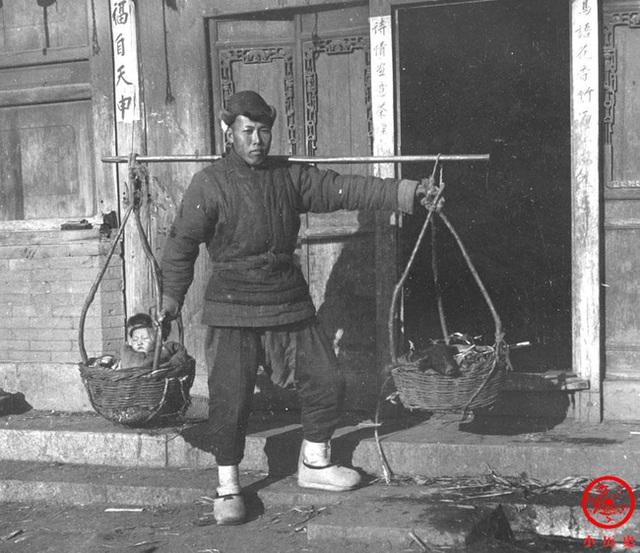 Loạt ảnh cũ của những đứa trẻ cuối thời nhà Thanh: Người sống trong nhung lụa từ bé, kẻ áo rách đói ăn khát uống quanh năm - Ảnh 9.