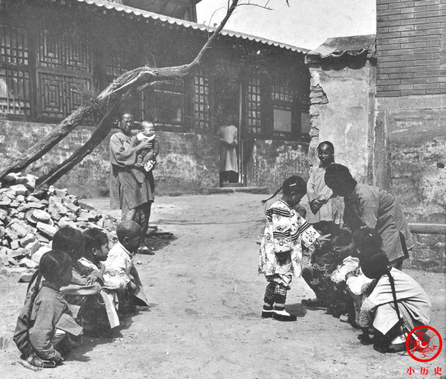 Loạt ảnh cũ của những đứa trẻ cuối thời nhà Thanh: Người sống trong nhung lụa từ bé, kẻ áo rách đói ăn khát uống quanh năm - Ảnh 10.