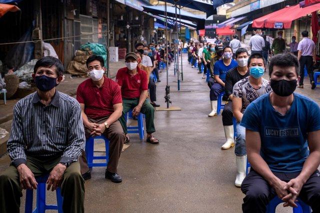 Bloomberg: Việt Nam có lợi thế chống dịch Covid-19 nhờ Chính phủ quyết liệt, người dân đồng lòng - Ảnh 1.