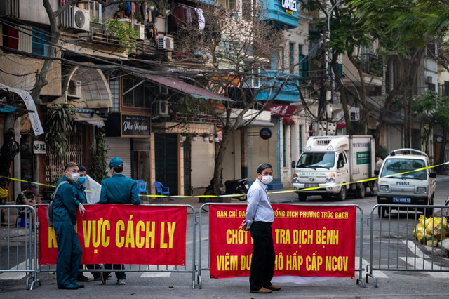 Bloomberg: Việt Nam có lợi thế chống dịch Covid-19 nhờ Chính phủ quyết liệt, người dân đồng lòng - Ảnh 2.