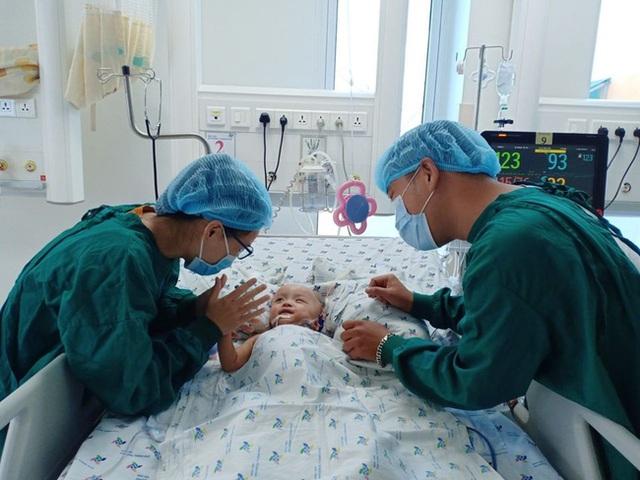 Xúc động khoảnh khắc 2 bé Diệu Nhi - Trúc Nhi cười tươi rói khi được gặp ba mẹ - Ảnh 1.