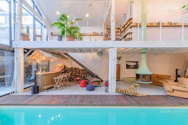 Ngôi nhà màu trắng sở hữu cây xanh và bể bơi bên trong giống như resort nghỉ dưỡng tuyệt đẹp - Ảnh 2.