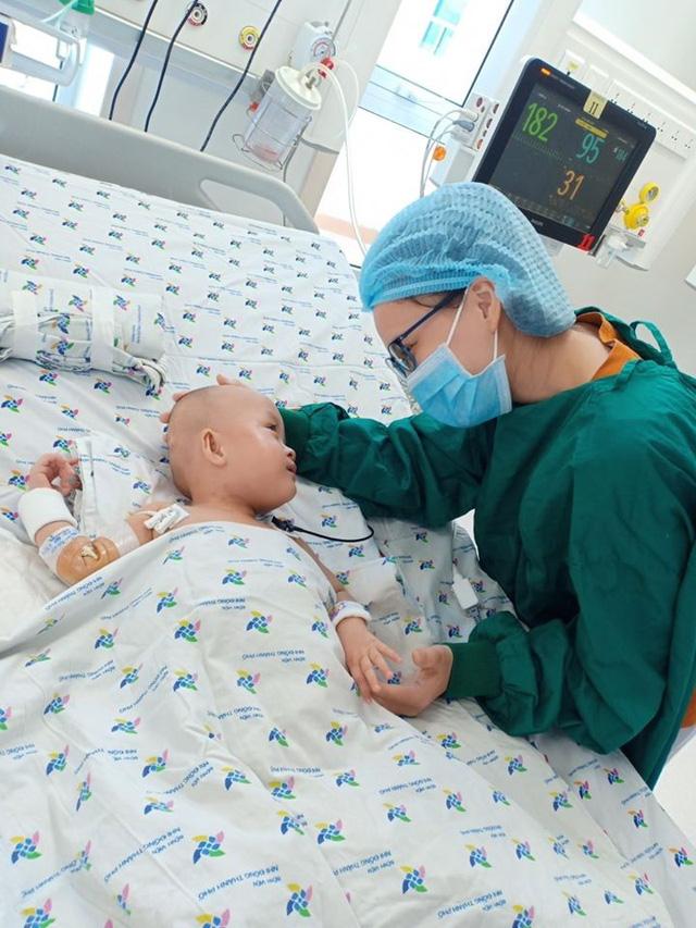 Xúc động khoảnh khắc 2 bé Diệu Nhi - Trúc Nhi cười tươi rói khi được gặp ba mẹ - Ảnh 4.
