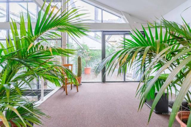 Ngôi nhà màu trắng sở hữu cây xanh và bể bơi bên trong giống như resort nghỉ dưỡng tuyệt đẹp - Ảnh 4.