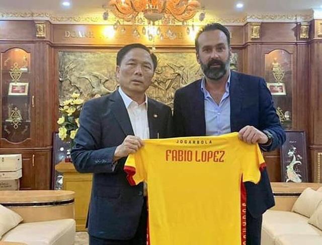 Chủ tịch CLB Việt Nam gặp rắc rối: Bị HLV Italia gọi là ông chủ tệ nhất thế giới, quyết kiện ra toà án quốc tế - Ảnh 3.