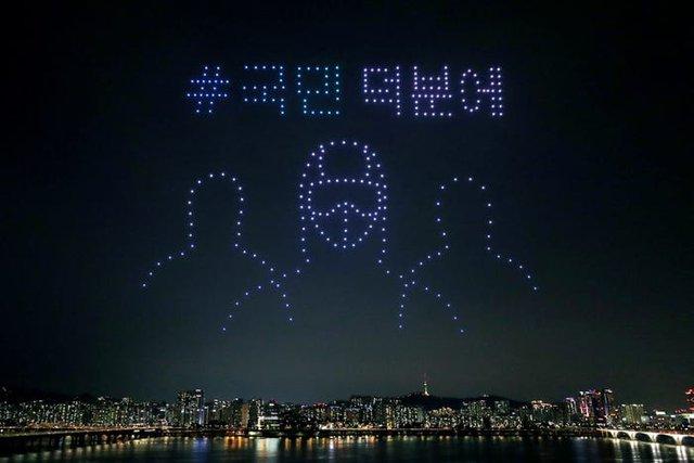 Hàng trăm drone thắp sáng bầu trời, truyền thông điệp tích cực về dịch Covid-19 tại Hàn Quốc - Ảnh 1.