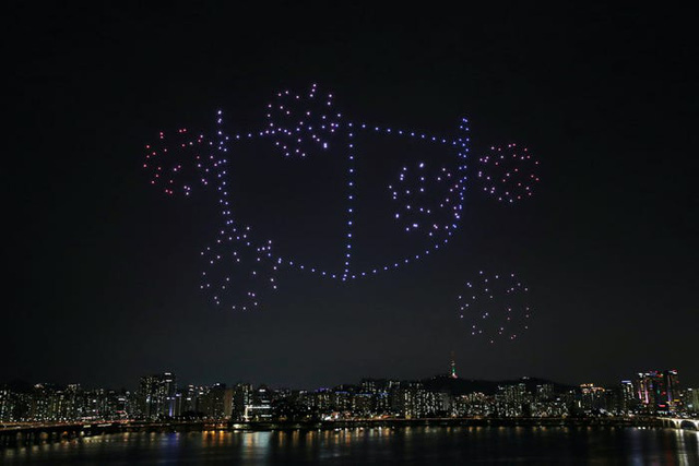 Hàng trăm drone thắp sáng bầu trời, truyền thông điệp tích cực về dịch Covid-19 tại Hàn Quốc - Ảnh 3.