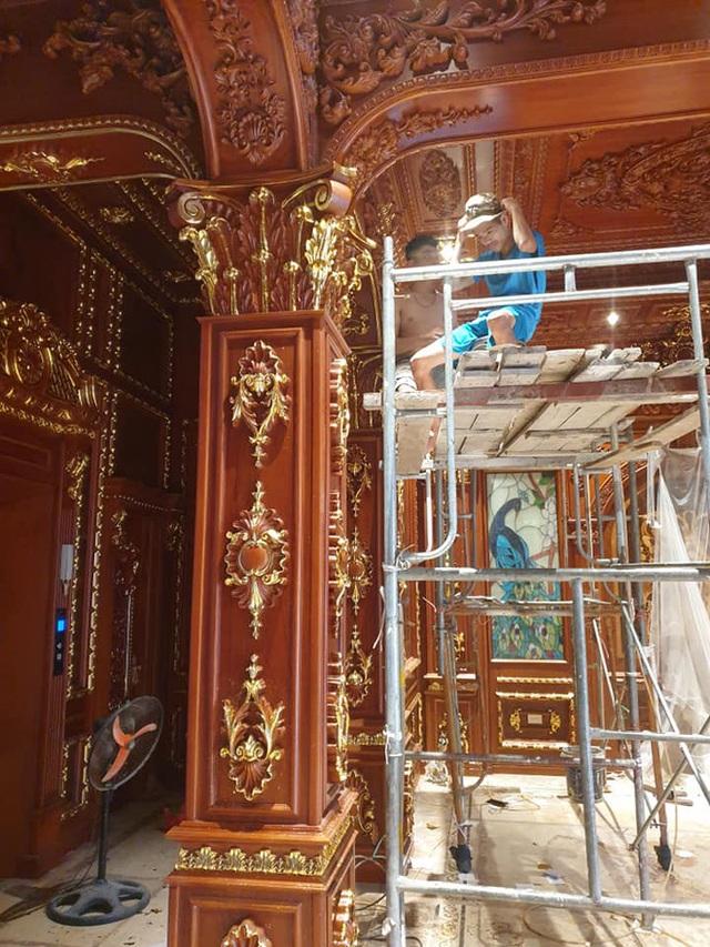 Hé lộ 1 góc nội thất lâu đài của đại gia Hà Nội, chỉ phần ốp gỗ mạ vàng đã thấy choáng ngợp - Ảnh 1.