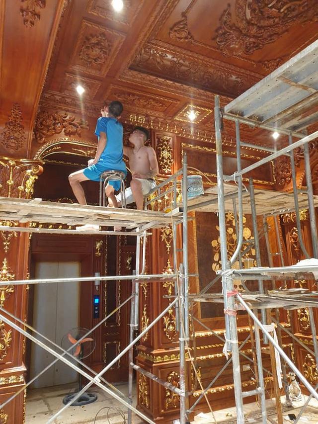 Hé lộ 1 góc nội thất lâu đài của đại gia Hà Nội, chỉ phần ốp gỗ mạ vàng đã thấy choáng ngợp - Ảnh 2.