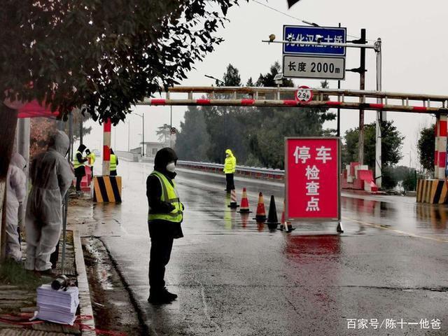 Cuộc sống lao đao của người dân Vũ Hán nửa đầu năm 2020: Dịch bệnh nguôi ngoai không bao lâu đã phải oằn mình chống lũ - Ảnh 3.