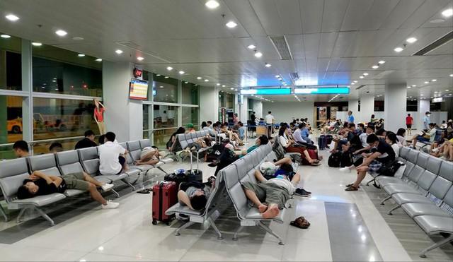 Sửa 2 sân bay lớn nhất nước, hành khách vật vã - Ảnh 1.
