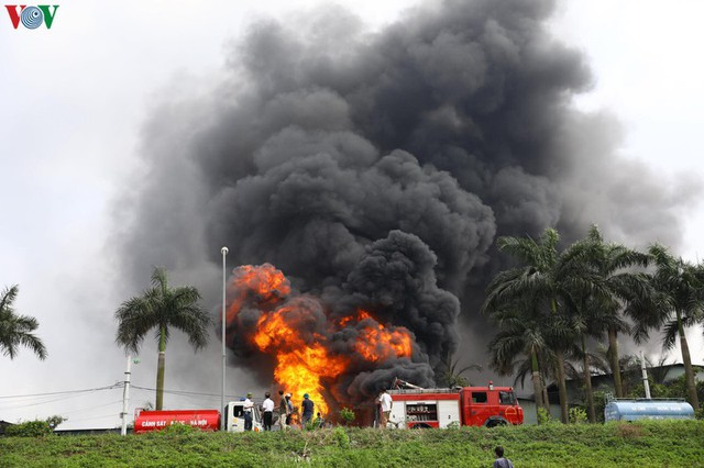 Cháy kho hóa chất ở Long Biên: Không khí có chất hóa học vượt ngưỡng - Ảnh 1.