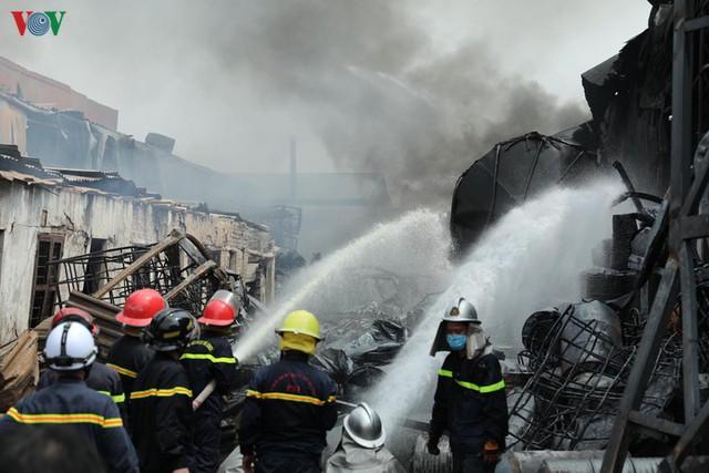 Cháy kho hóa chất ở Long Biên: Không khí có chất hóa học vượt ngưỡng - Ảnh 3.