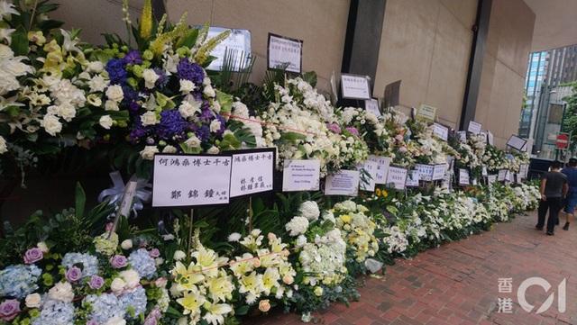 Khung cảnh tại tang lễ Vua sòng bài Macau ngày thứ 2: Người dân mang di ảnh đến viếng, quan chức cấp cao và giới doanh nhân cũng có mặt - Ảnh 12.